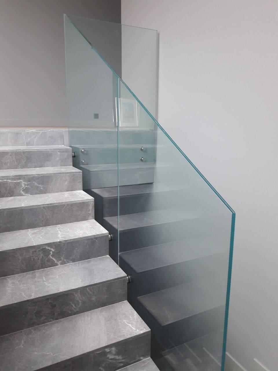 Balustrada mocowana punktowo przy marmurowych schodach