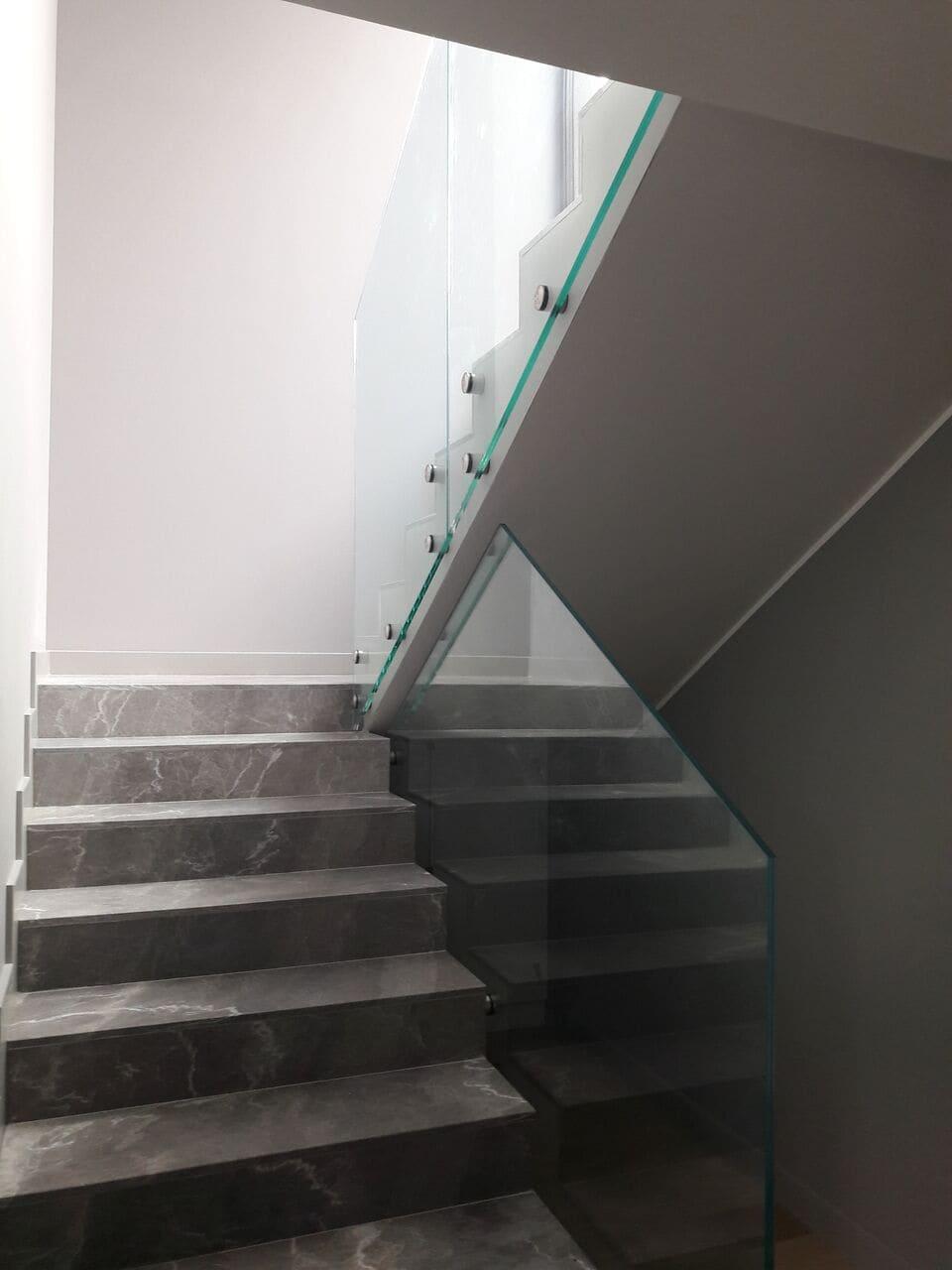 Balustrada przy marmurowych schodach