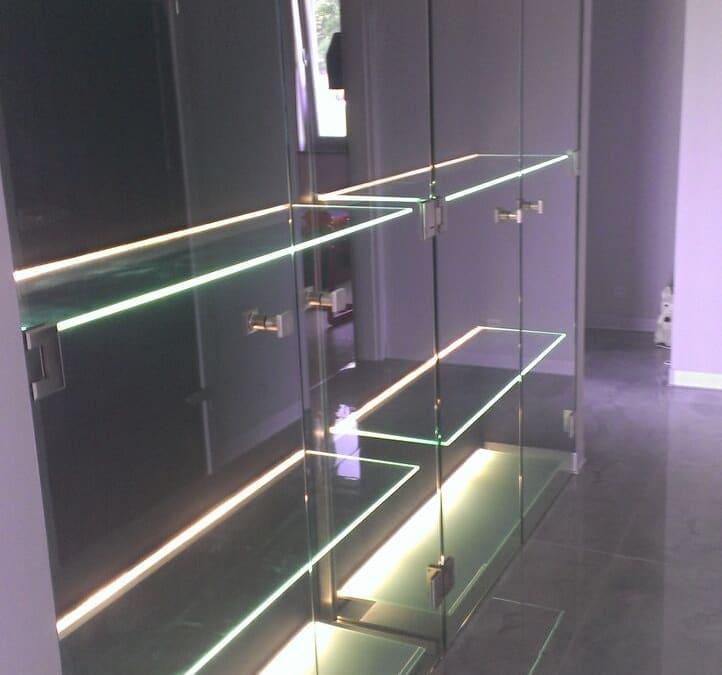 Szklana podświetlana szafa