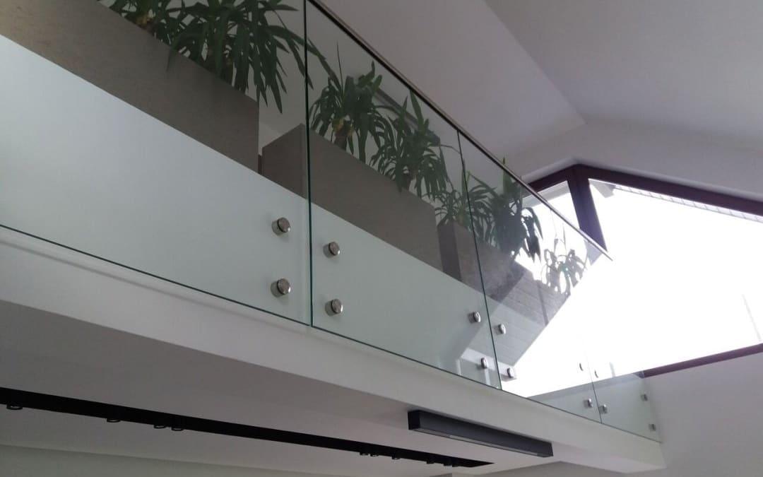 Szklana balustrada mocowana punktowo