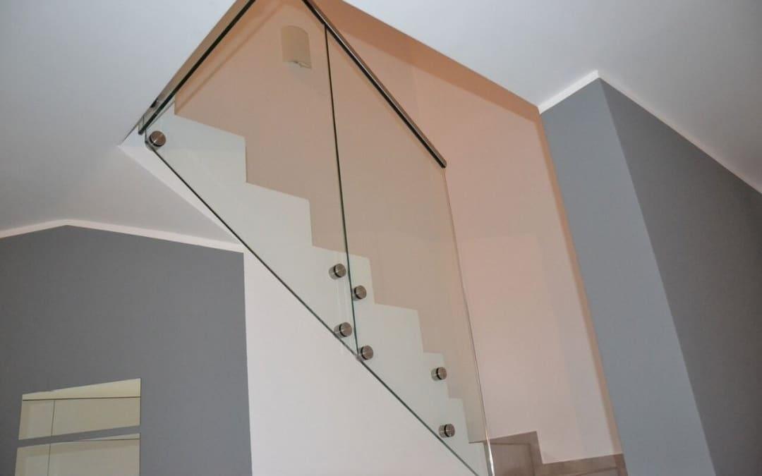 Szklana balustrada przymocowana punktowo