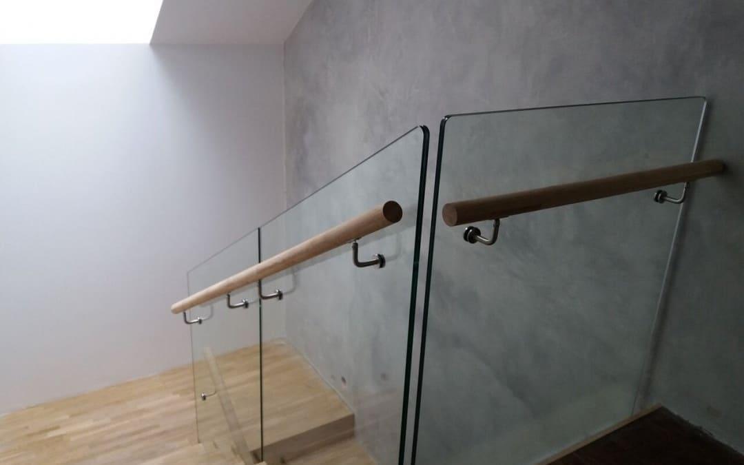 Szklana balustrada z drewnianą poręczą