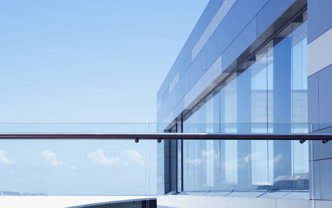 Balustrady szklane w aranżacjach schodów i balkonów